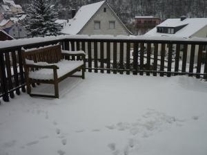 Erst letzte Woche haben wir bei 15 Grad auf der Bank in der Sonne gesessen und uns an den Krokussen im Garten erfreut, die ja bekanntlich die ersten Frühlingsboten sind - nun sind sie bestimmt unterm Schnee erfroren :(